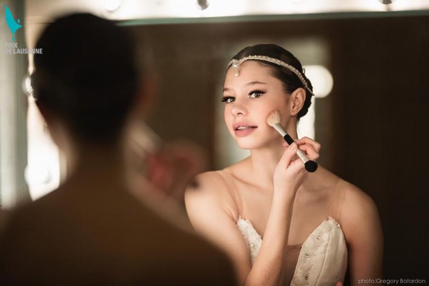 Bailarina maquillando Prix Lausanne