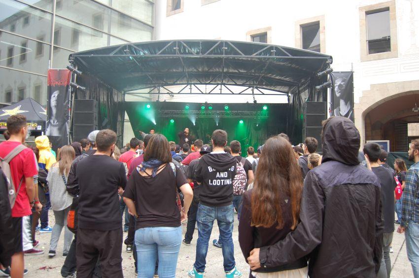 Actuación de Soen+Skone antes de las Battle of Bands en el Pati de Dones (Fotografía propiedad de Laura Saladié)