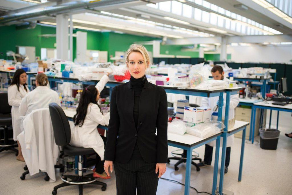 Elizabeth Holmes en laboratorio theranos