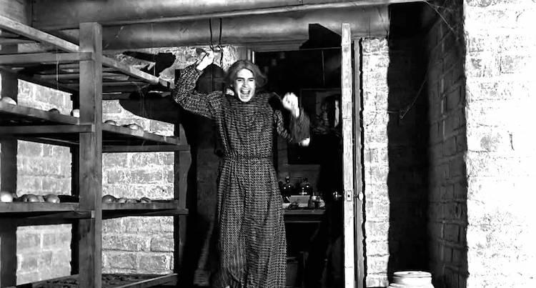 Norman Bates vestida de mujer con un cuchillo