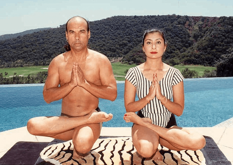 Bikram_y_esposa_haciendo_yoga